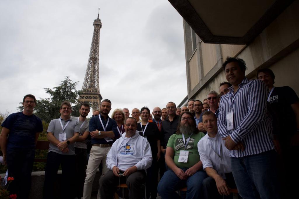 foto di gruppo davanti alla Tour Eiffel